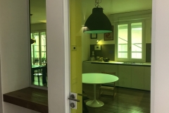 una vetrata verde limone | ingresso | VAAM architetti