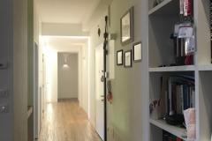 una vetrata verde limone | ingresso-corridoio | VAAM architetti