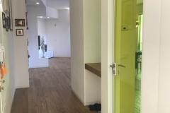 VAAM-architetti_una-vetrata-verde-limone-ingresso-verso-soggiorno-01